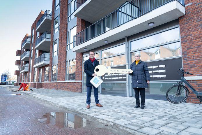 Sjoerd Kuiper overhandigt de eerste sleutel aan mevrouw Van der Meyde-Boxhoorn.
