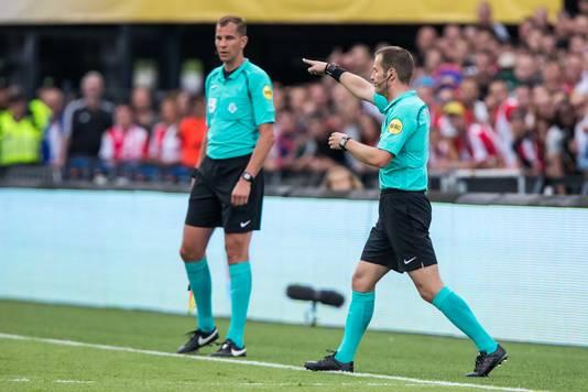Danny Makkelie geeft een penalty aan Vitesse.