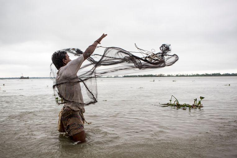 Strijd met het water in Bangladesh.  Beeld Mike Roelofs