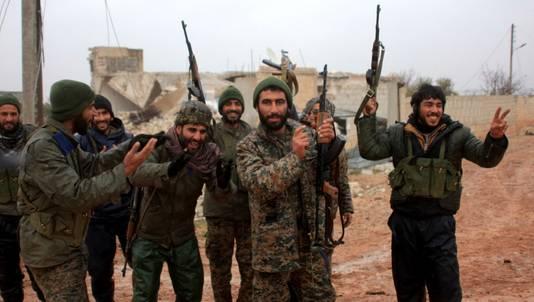 Syrische militairen ten noorden van Aleppo.