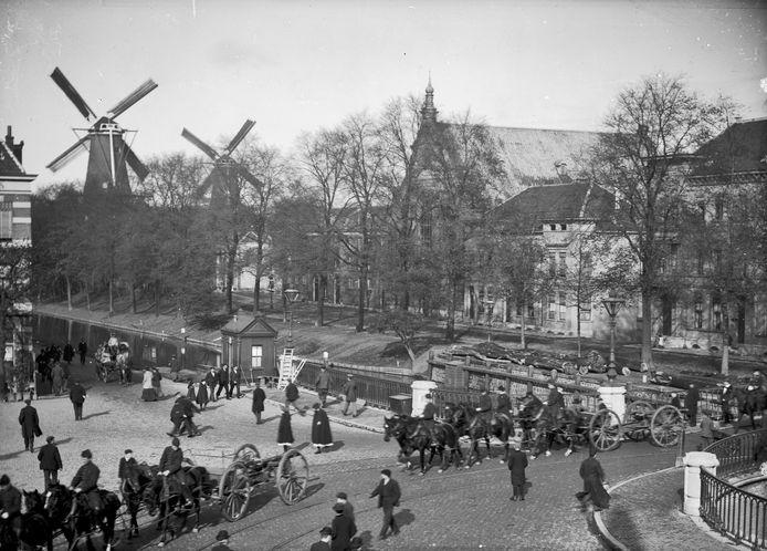 Gezicht op de Catharijnebrug, met  en op de achtergrond de molens De Meiboom (links) en Rijn en Son. Foto is gemaakt tussen 1900 en 1910.