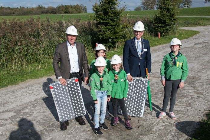 Scoutinglandgoed Zeewolde start met de bouw van het Avonturenhuis. Jonge scouts beklommen een klimwand op de foto met de burgemeester en afgevaardigde.