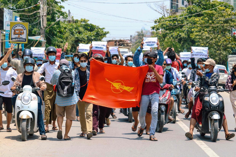 Demonstranten gingen maandag in Mandalay de straat op om te protesteren tegen de militaire coup.