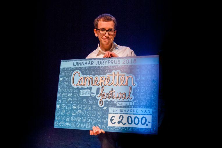 Chris Verlaan met de cheque van € 2.000,-.  Beeld Jaap Reedijk