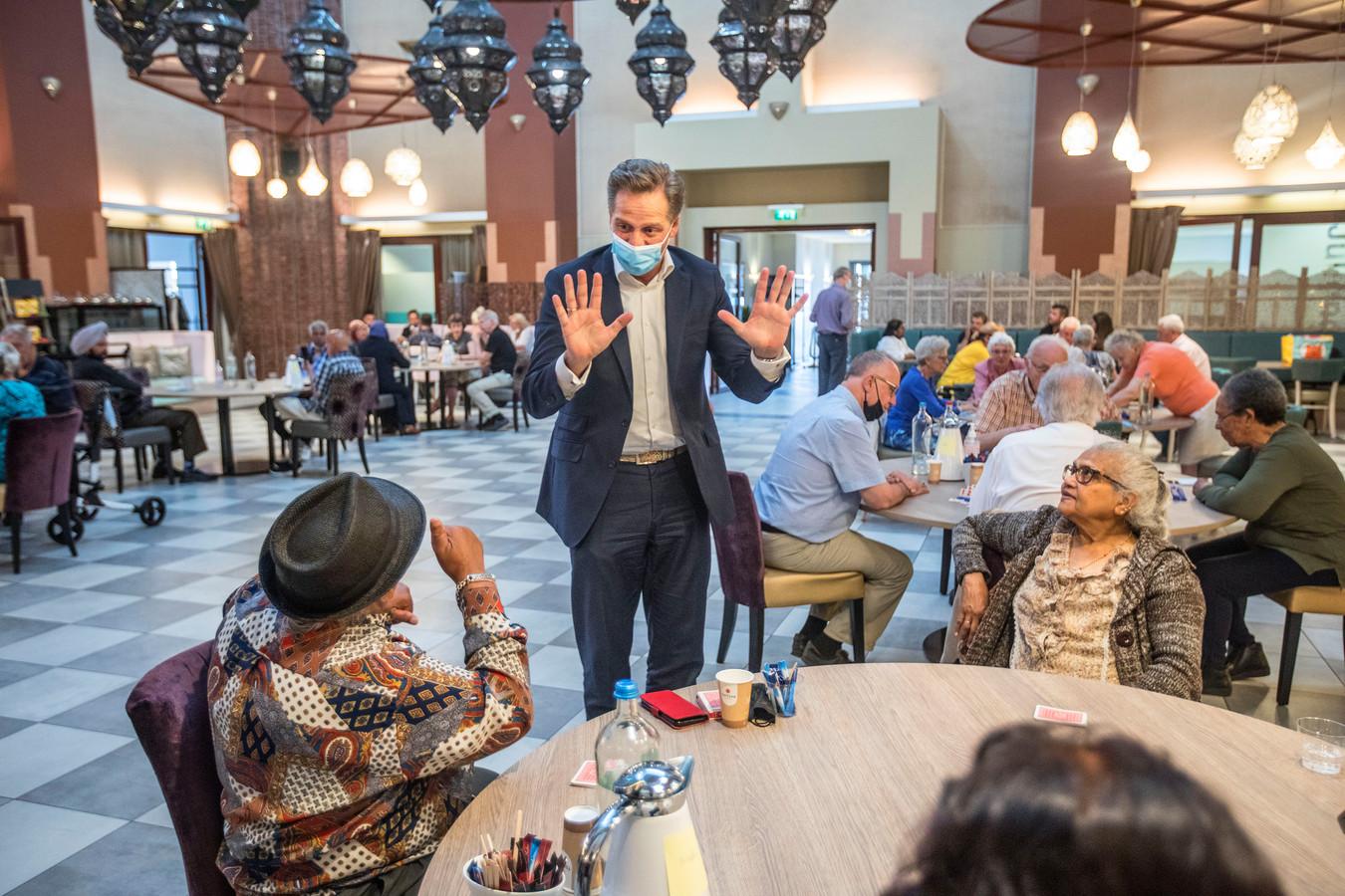 Minister Hugo de Jonge bezoekt ouderen in de Juliaanakerk in de wijk Transvaal.