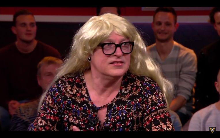 Voetbalanalist René van der Gijp hakt in het Nederlandse programma 'Voetbal Inside' al lachend in op het nieuws rond VTM-journaliste Bo Van Spilbeeck. Beeld RV