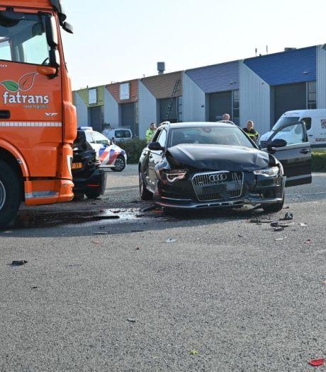 Vrachtwagen botst met auto's op kruising in Dronten: twee gewonden naar ziekenhuis