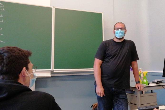 """Sven Mettepenningen staat weer voor klas, na een maandenlange strijd tegen het coronavirus. """"Blij dat ik weer kan les geven, na de ellende die ik doormaakte"""", zegt hij."""