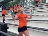 Nederlandse hockeysters ruimen zelf smerige tribune op