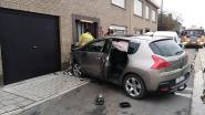 Bestuurder valt in slaap: twee auto's en gevel geraakt