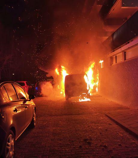 Wie zit er achter de brandende bestelwagens in Wageningen?