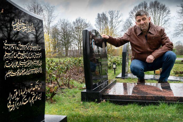 Ismail Kalkavan op de islamitische begraafplaats aan de Mortelweg in Nieuwkuijk, tegenover het crematorium.