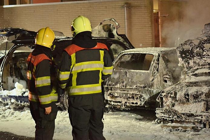 Brandweermannen kijken naar de schade