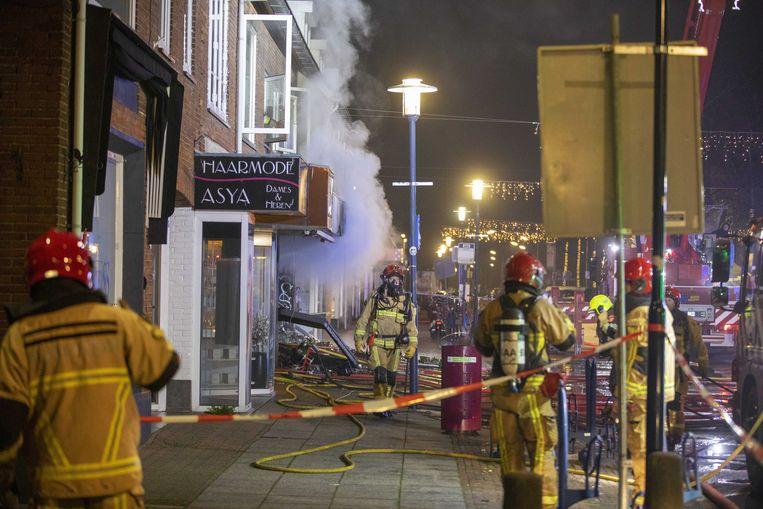 Hulpdiensten zijn uitgerukt voor een explosie en grote brand in de Poolse supermarkt Biedronka Supermarket aan de Ophelialaan. Omwonenden moesten hun woning verlaten. Het pand is volledig uitgebrand, net als een auto die voor de winkel stond geparkeerd. Beeld ANP