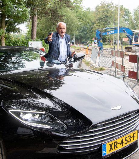 Ton (77) moet maanden met zijn Aston Martin over een zandpad hobbelen: 'Waarom hebben ze hier nou geen noodweggetje aangelegd?'