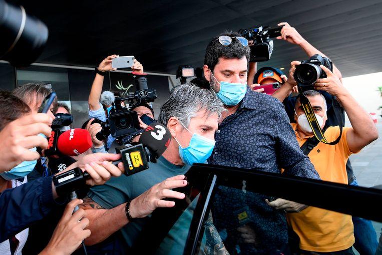 Jorge Messi, vader en manager van Lionel, wordt omstuwd door pers. Beeld AFP