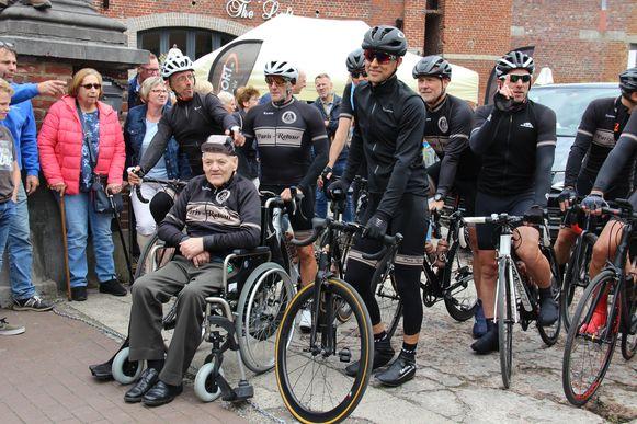 De vader van Ferdi kwam zijn zoon en de andere wielrenners succes toewensen aan de start.