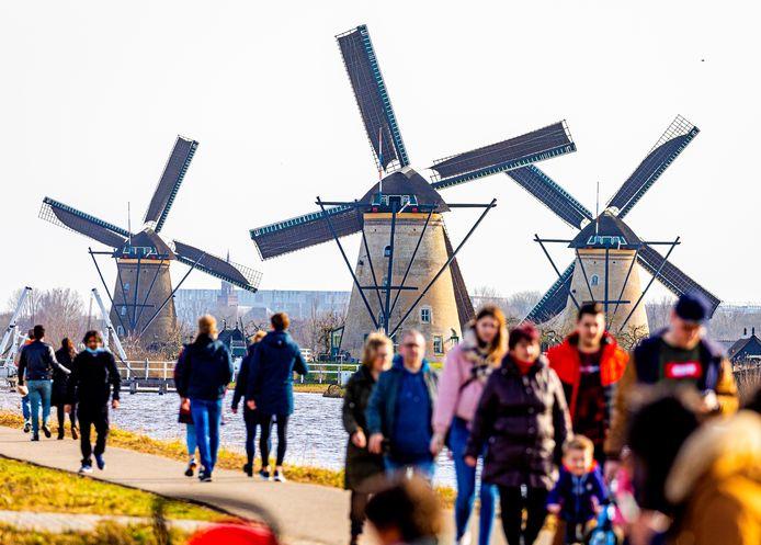 Toeristen bij de molens van Kinderdijk, eerder dit jaar.