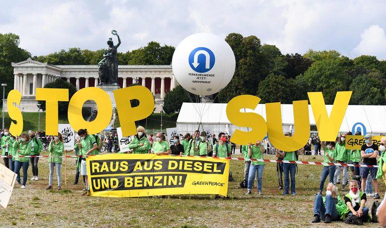 Een protest van Greenpeace bij een internationale autoshow in München. Beeld AFP