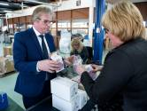 Burgemeester Stichtse Vecht pakt presentjes in voor vrijwilligers stembureaus