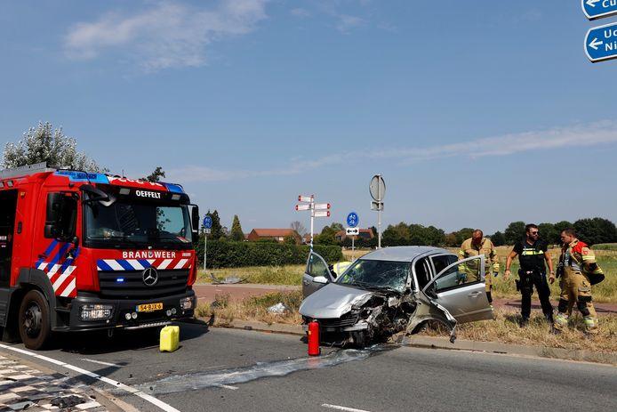 Op de N264 bij Oeffelt is woensdagmiddag een automobilist tegen een lantaarnpaal gereden.