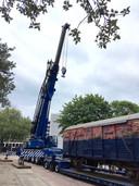 Een fikse kraan kwam er aan te pas om het tonnen zware gevaarte op zijn plaats te zetten aan de Achtseweg Zuid in Eindhoven.