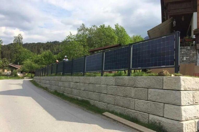 Next2Sun levert zijn systeem niet alleen voor zonneweides. Ook tuinafscheidingen en lange hekken tussen weilanden kunnen met de bifacial panelen een dubbele functie krijgen. Beeld Next2Sun
