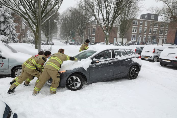 Een gestrande automobilist is bevrijd door de brandweer in Arnhem.