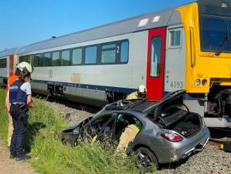 Automobiliste merkt stoplichten en bel niet op aan overweg en wordt gegrepen door trein