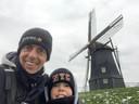 Levi en vader Tom bij de molen in Kruiningen.