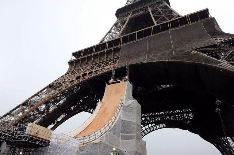 Man Springt Van Eiffeltoren.Skater Springt Van Eiffeltoren En Vestigt Fenomenaal Record