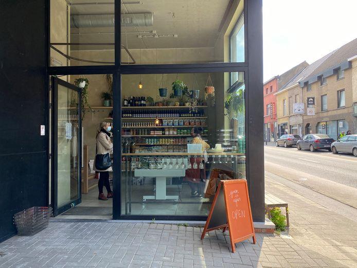 Het winkeltje is makkelijk te herkennen aan het oranje bord dat voor de deur staat.