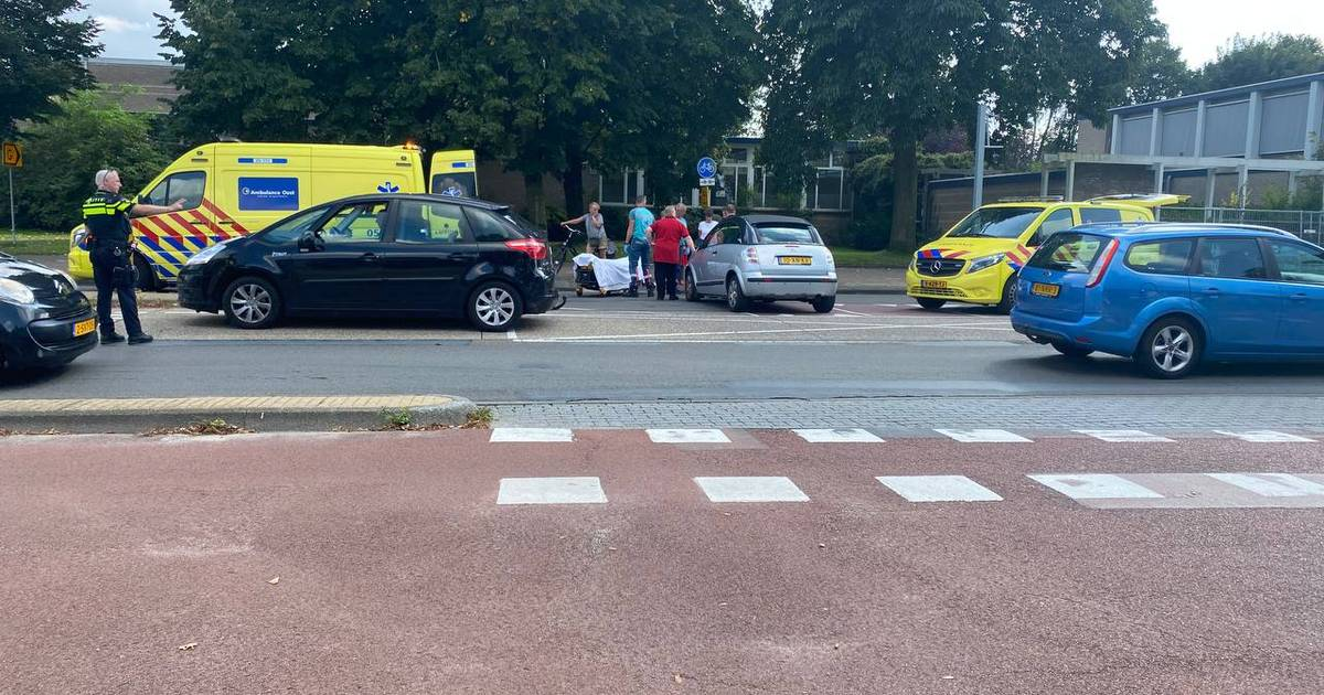 Gewonde bij aanrijding tussen scooter en auto in Hengelo op Oldenzaalsestraat.