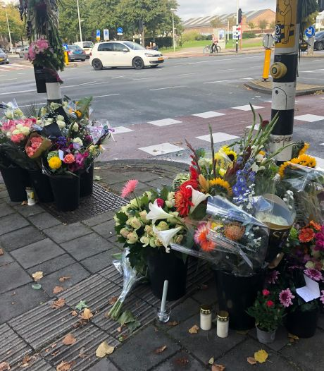 Tientallen bossen bloemen voor overleden fietser (31) op kruispunt in West