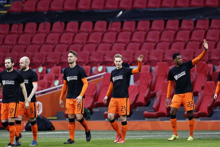 Spelers van het Nederlands elftal droegen shirts met de tekst 'Football supports change' voorafgaand aan de WK-kwalificatie wedstrijd tussen Nederland en Letland (2-0), zaterdag in Amsterdam.  Beeld ANP