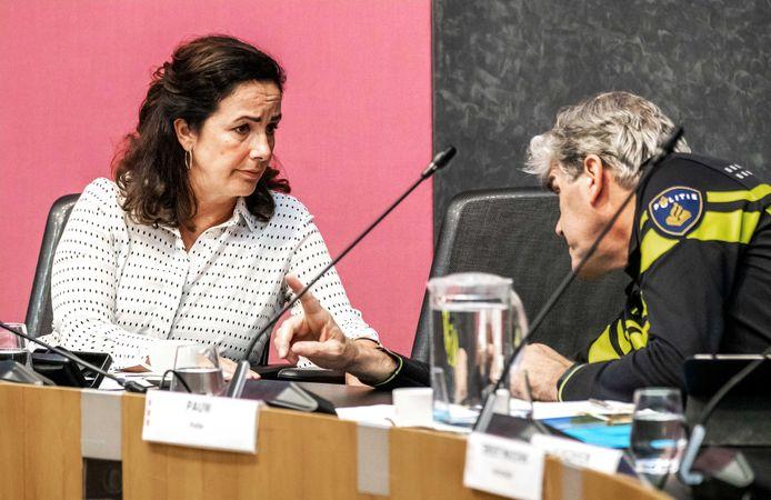 Burgemeester Femke Halsema praat met Frank Paauw,  hoofdcommissaris van de Amsterdamse politie, vorige week tijdens de vergadering van een raadscommissie van de gemeente Amsterdam.