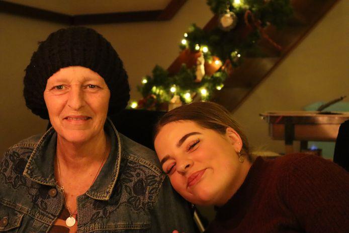 Faith den Herder (rechts), samen met haar moeder Gonny.