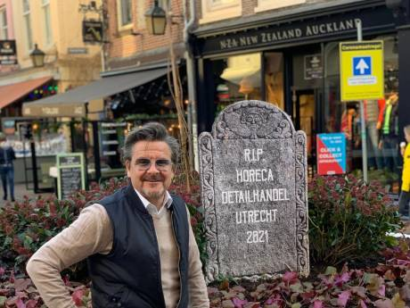 Richard plaatst grafsteen in voetgangersrotonde op de Steenweg: RIP Horeca en Detailhandel