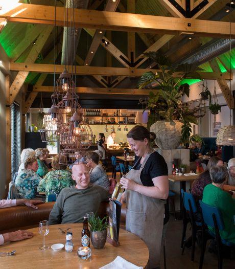 Iets minder rook en zout zou mooi zijn, maar het is oergezellig Aan tafel bij Jan in Dreumel