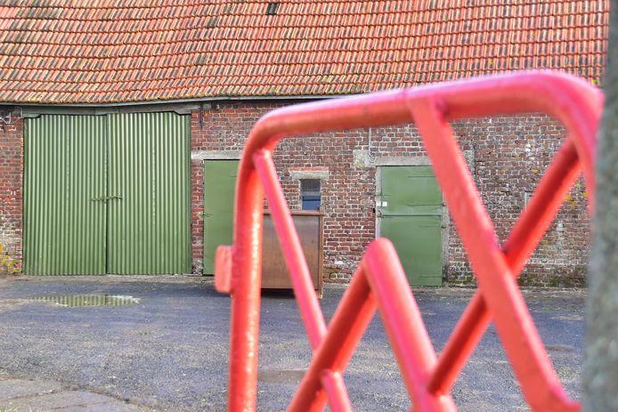 In de stallen van deze hoeve in Vlamertinge vonden de speurders resten van een drugslab.