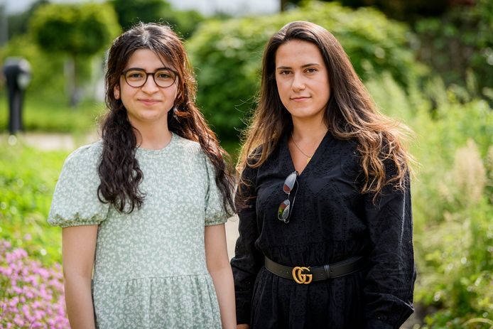 Beyza Cekic (links) en Melen Tekirdag zijn een petitie gestart omdat ze meer opleidingsplaatsen voor tandartsen willen. Ze zijn beide twee keer afgewezen en zien onrechtvaardigheden.