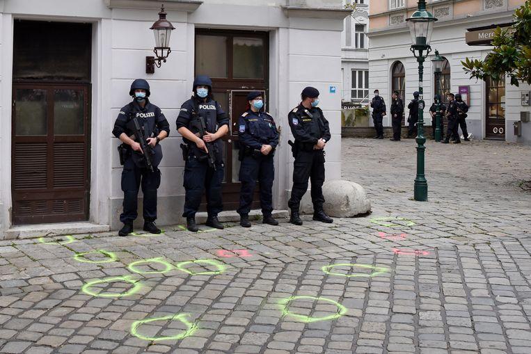 In Wenen bewaakt de politie het plaats delict na de aanslag afgelopen maandag. Beeld Getty Images