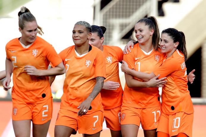 Vreugde bij de speelsters van Oranje tegen Chili (7-0) op 9 april in Alkmaar.