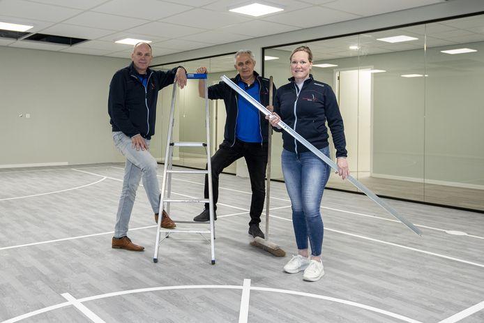 De fysiotherapeuten (links) Robert Spenkelink, Miranda Waanders en Gerard Schutten in hun nieuwe pand.