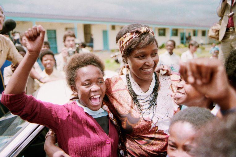 Winnie Mandela te midden van aanhangers van Nelson Mandela, medio jaren tachtig. Beeld Corbis/VCG via Getty Images
