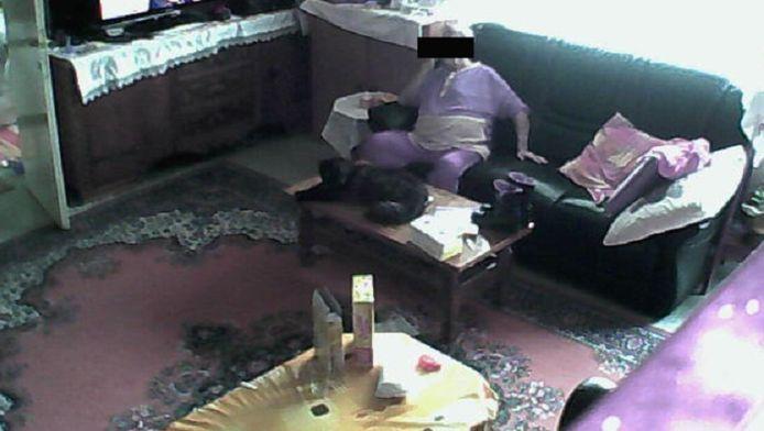Een vrouw in een sofa in een huis in Luik.