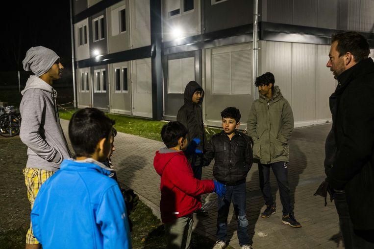 Afghaanse jongens spelen voetbal in een opvangcentrum in Duitsland.