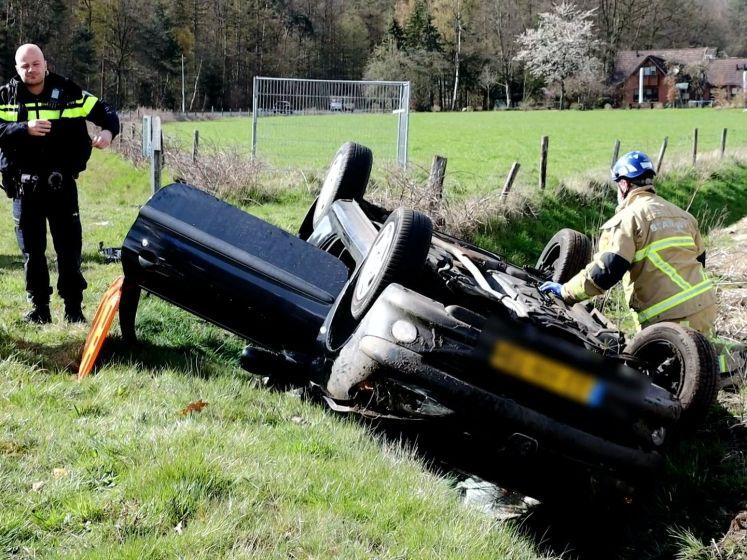 Auto slaat over de kop, bestuurder gewond naar ziekenhuis