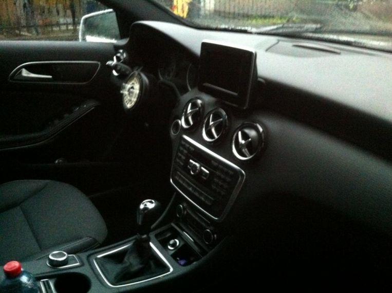 Een Mercedes waaruit het stuur gestolen is.