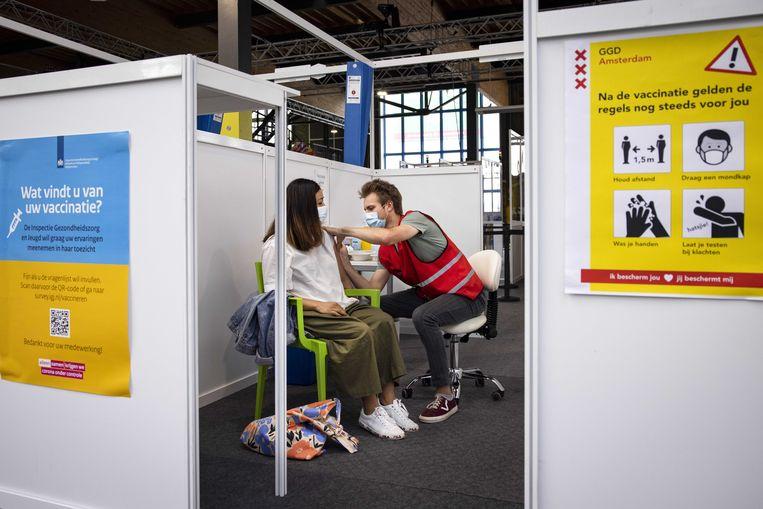 Vaccinatie in NDSM-loods in Amsterdam.  Beeld ANP